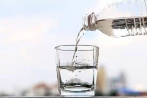 szklanka wody i butelka